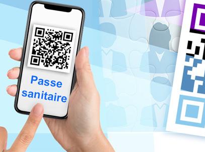 """main tenant un smartphone affichant un QR code et les mots """"passe  sanitaire"""""""